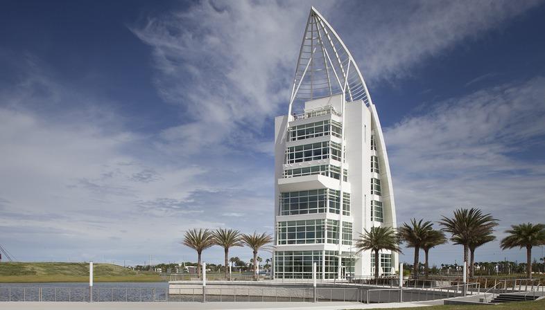 GWWO signe à Port Canaveral une tour présentant une façade revêtue de peinture iridescente