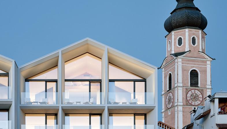 Peter Pichler signe une restructuration d'hôtel déclinant béton, bois et verre.