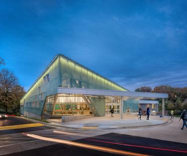 Une façade translucide éclairée au néon pour la bibliothèque de Carrollton