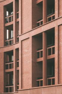 Tour d'appartements et école en briques, béton et bois