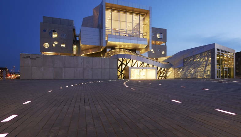 CoopHimmelb (l) a choisi l'acier, le béton et l'aluminium pour sa Maison de la Musique.