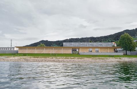 Établissement balnéaire en bois signé Matt Innaueur sur les berges d'un lac