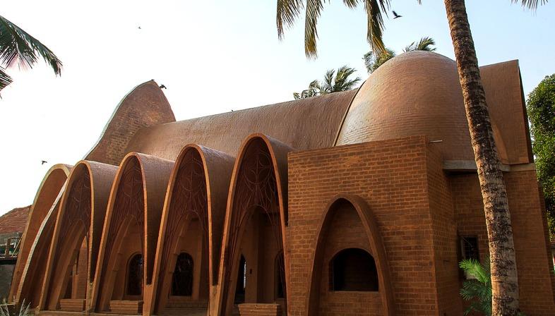Wallmakers signe une église caractérisée par des arcs en chaînette renversée en briques de terre crue