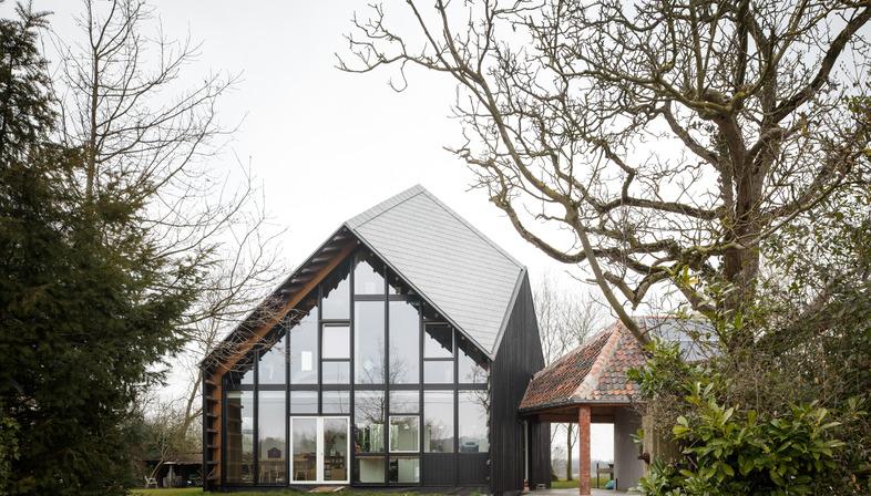 NU Architectuur signe une maison réalisée en bois, en chaux, en chanvre et en paille